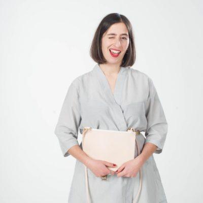 Model mit cremefarbener Leder-Handtasche