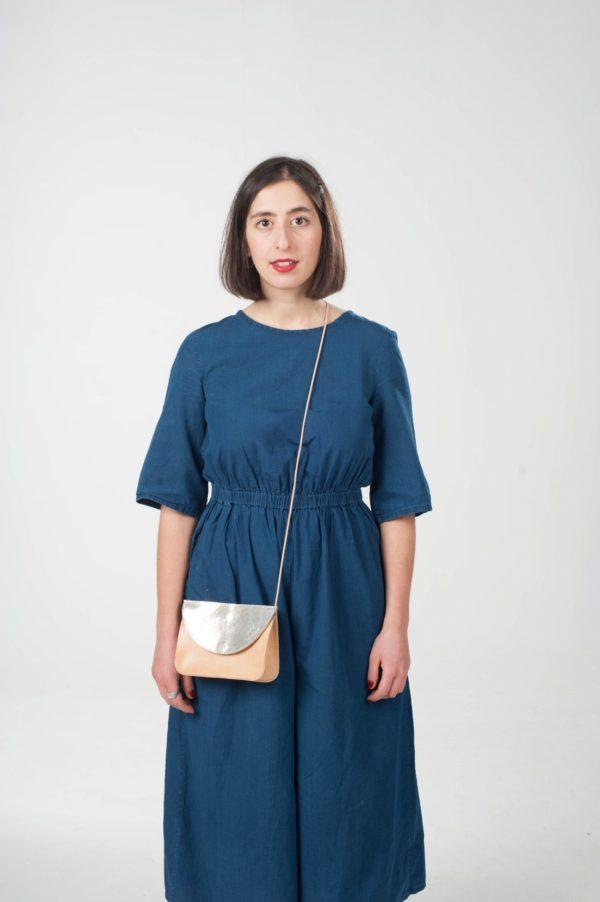 Model mit braun-silberner Leder-Handtasche