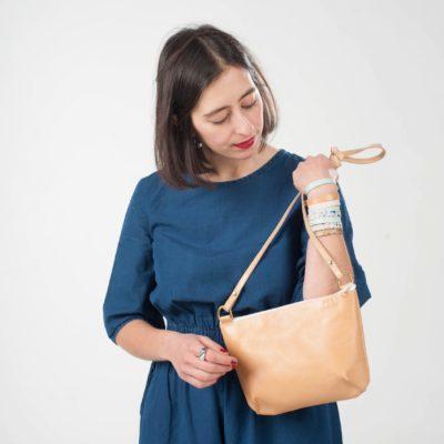 Model mit brauner Leder-Handtasche