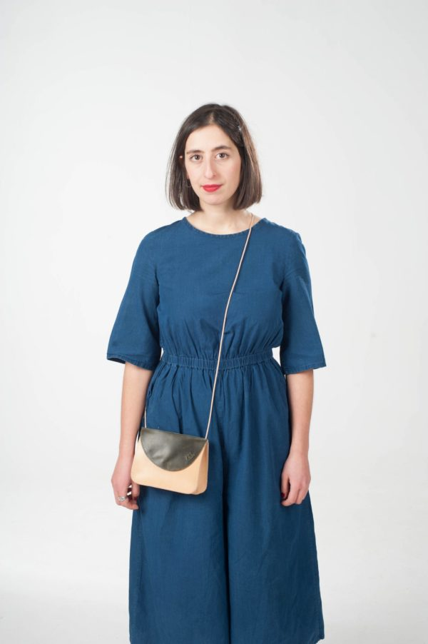 Model mit braun-grüner Leder-Handtasche