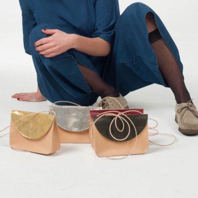 Model mit bunten Leder-Handtaschen