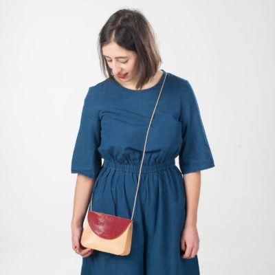 Model mit braun-roter Leder-Handtasche