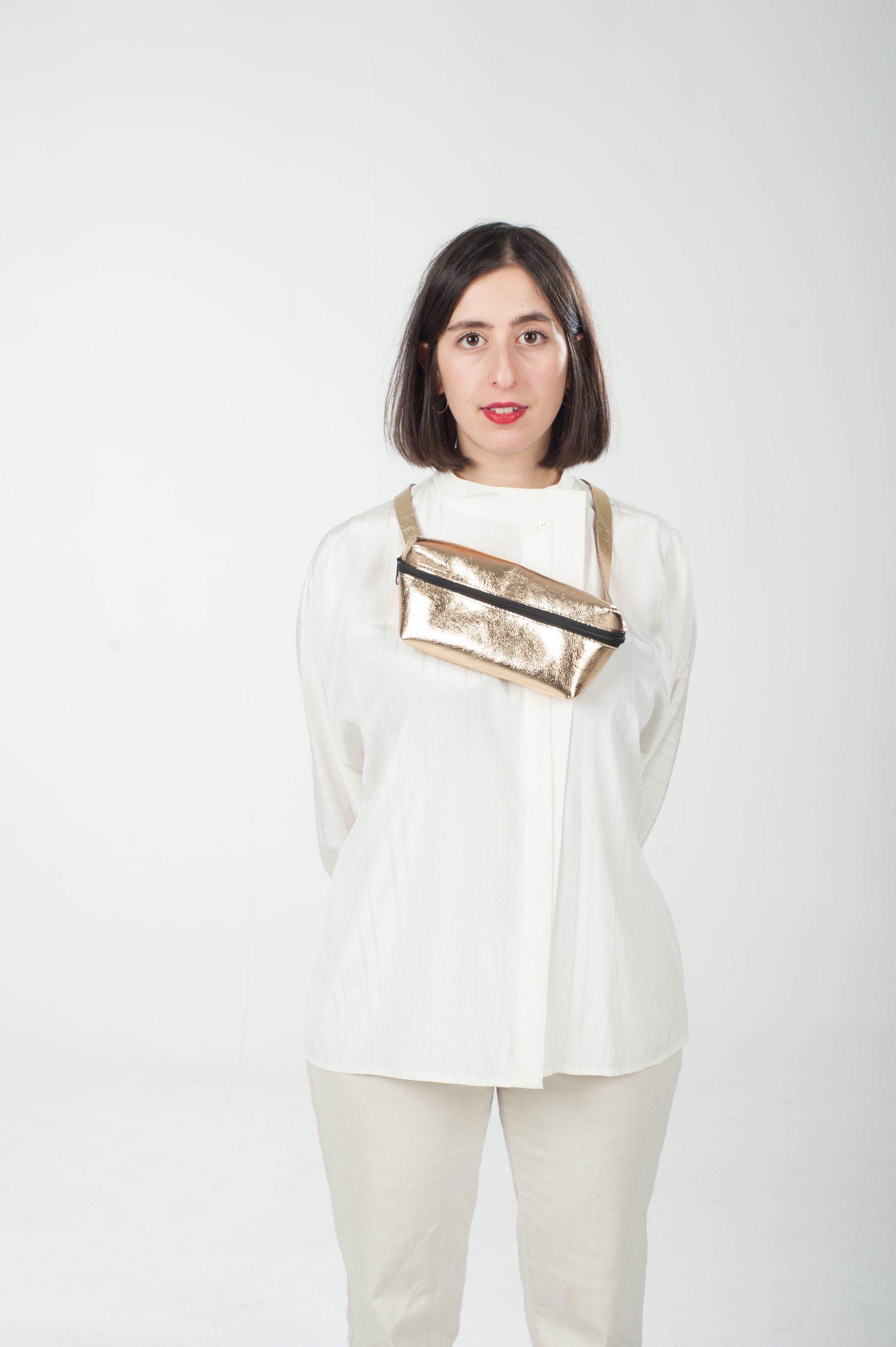 Model mit goldener Leder-Bauchtasche