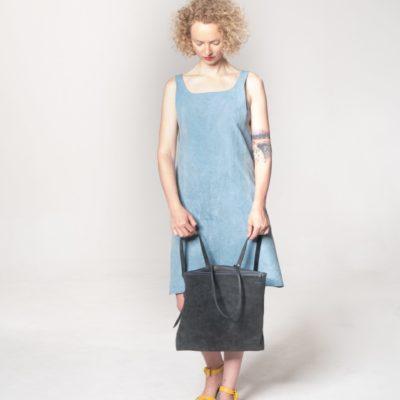 Model mit grauem Leder-Rucksack