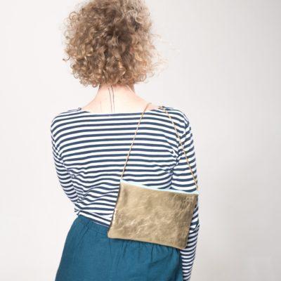 Model mit goldener Leder-Handtasche