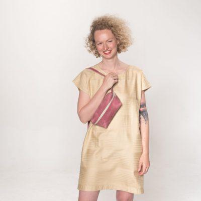Model mit rosa Leder-Bauchtasche