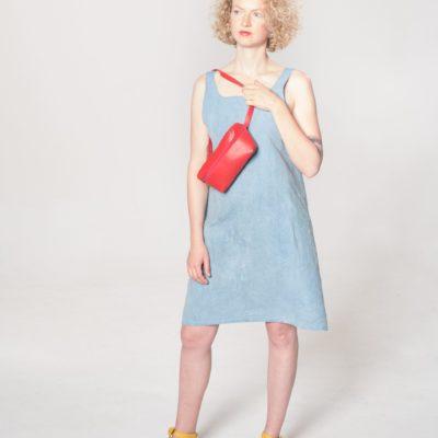 Model mit roter Leder-Bauchtasche