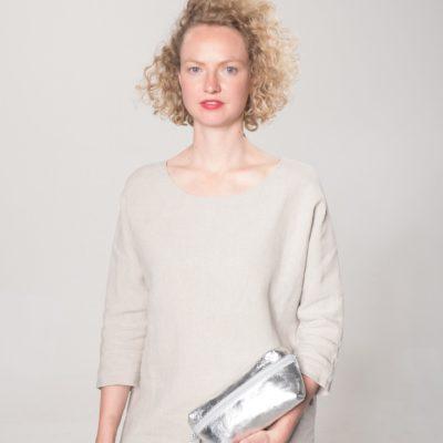 Model mit silberner Leder-Bauchtasche