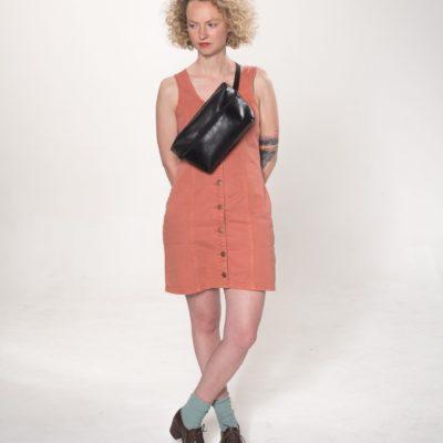 Model mit schwarzer Leder-Bauchtasche