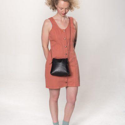 Model mit schwarzer Leder-Handtasche