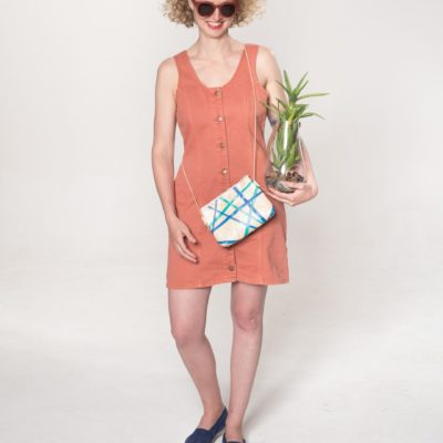 Model mit creme-gestreifter Leder-Tasche