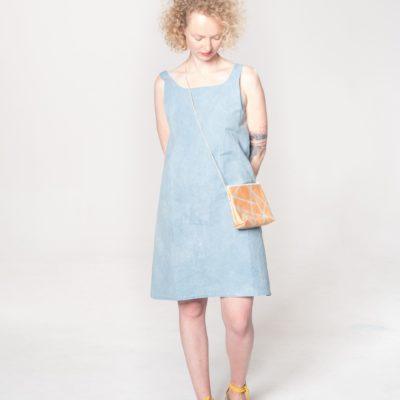 Model mit braun-gestreifter Leder-Tasche