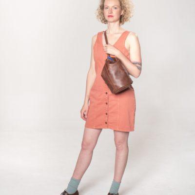 ...Model mit brauner Leder-Tasche