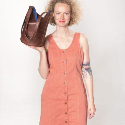 Model mit brauner Leder-Tasche