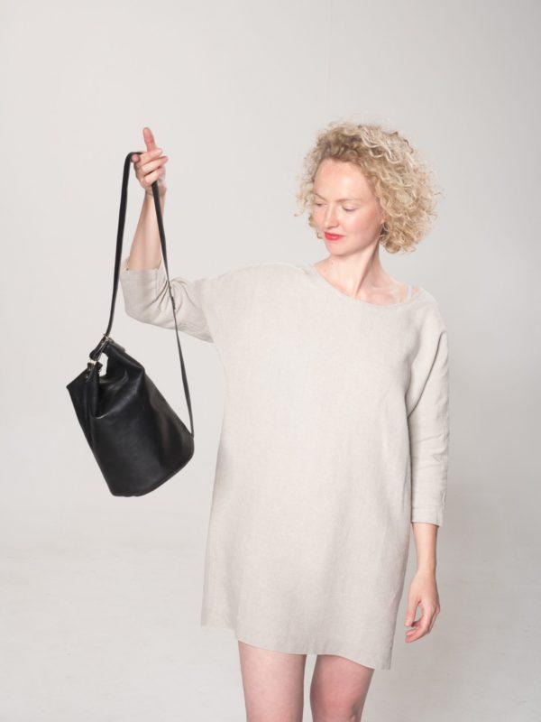 Model mit schwarzer Leder-Tasche