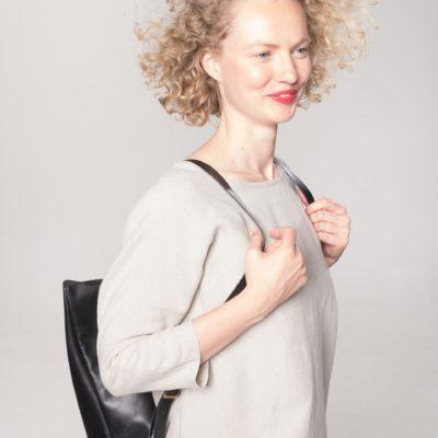Model mit schwarzem Leder-Rucksack