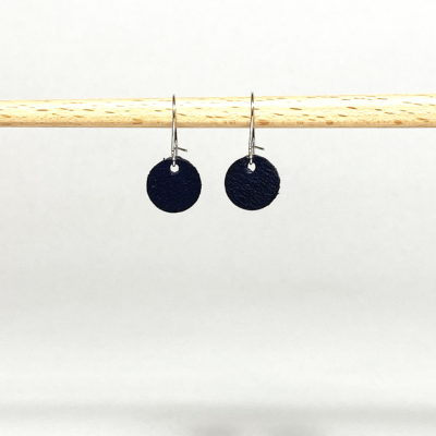 Silberne Ohrringe mit dunkelblauem Lederanhänger