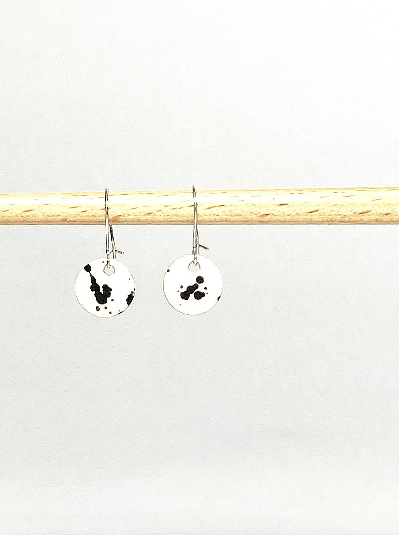 Silberne Ohrringe mit gepunktetem Lederanhänger