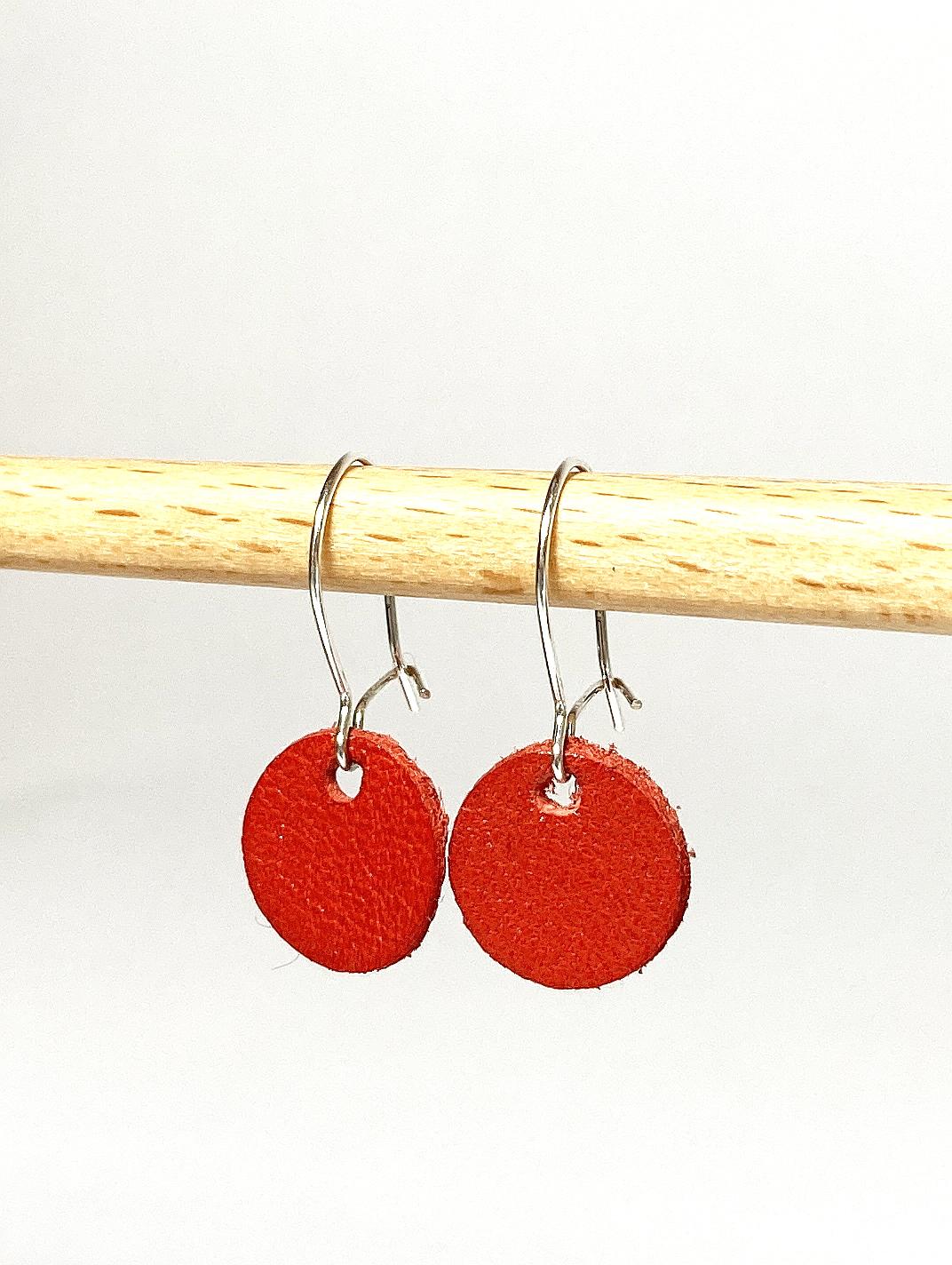 Silberne Ohrringe mit rotem Lederanhänger