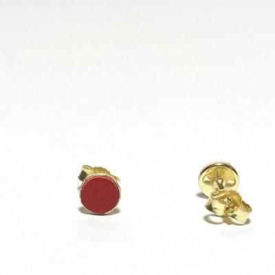 Goldene Ohrstecker mit rotem Lederdetail