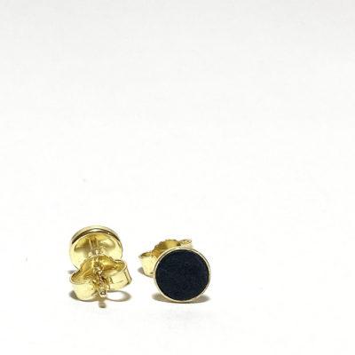 Goldene Ohrstecker mit schwarzem Lederdetail